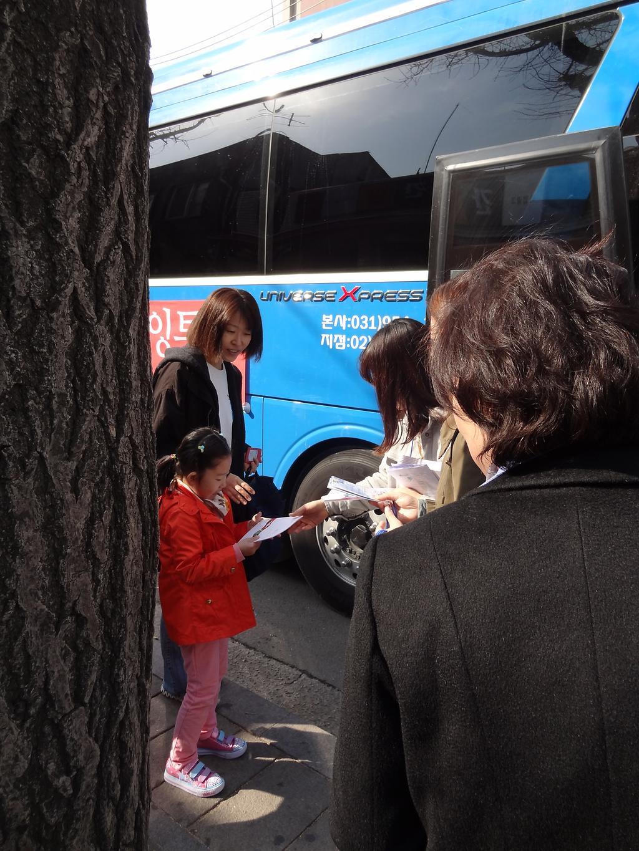 웰다잉 투어 참여하는 어린이 모습