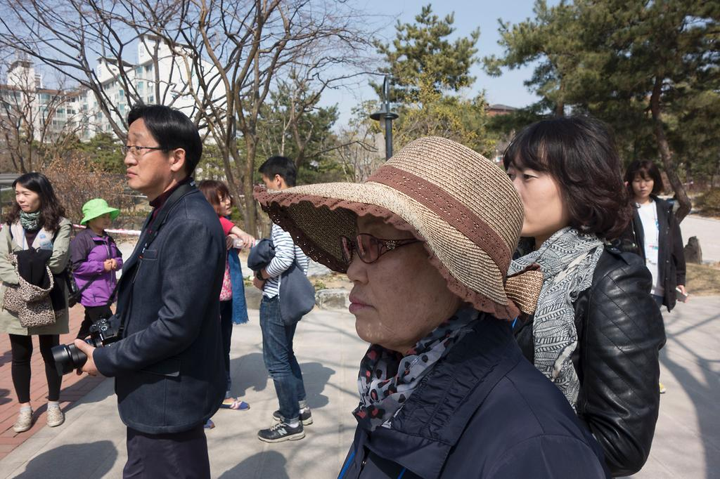해설사의 설명을 듣고 있는 참여자의 모습