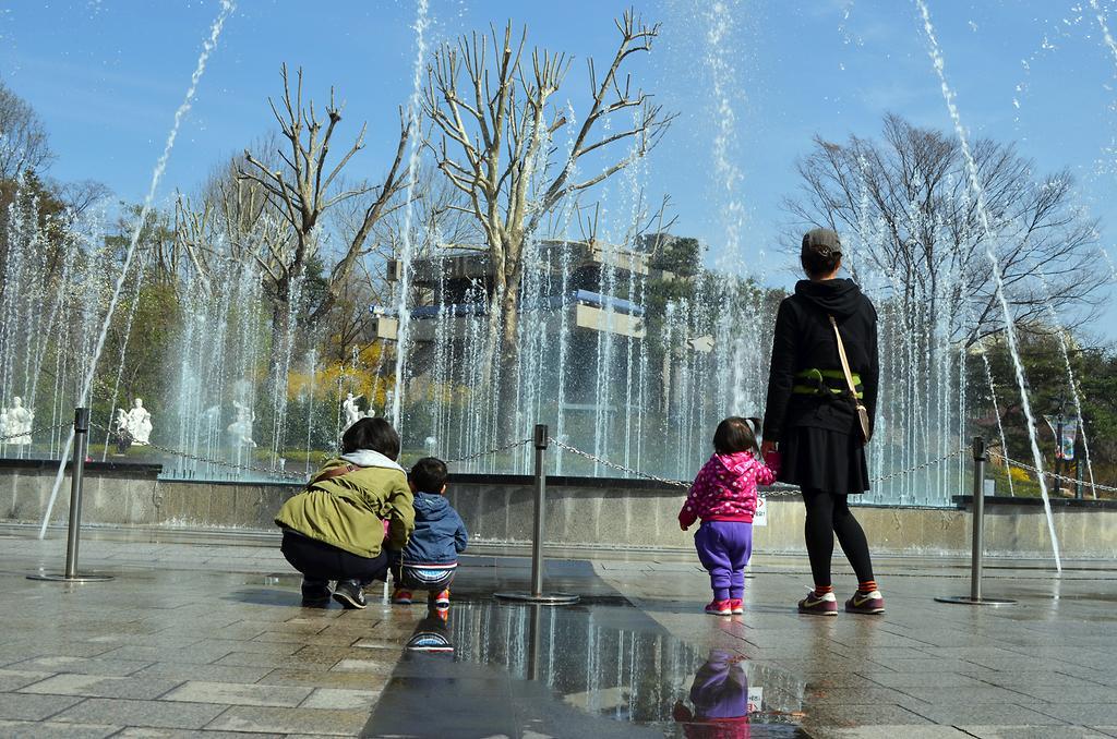 어린이대공원 분수대를 보는 엄마와 아이 모습