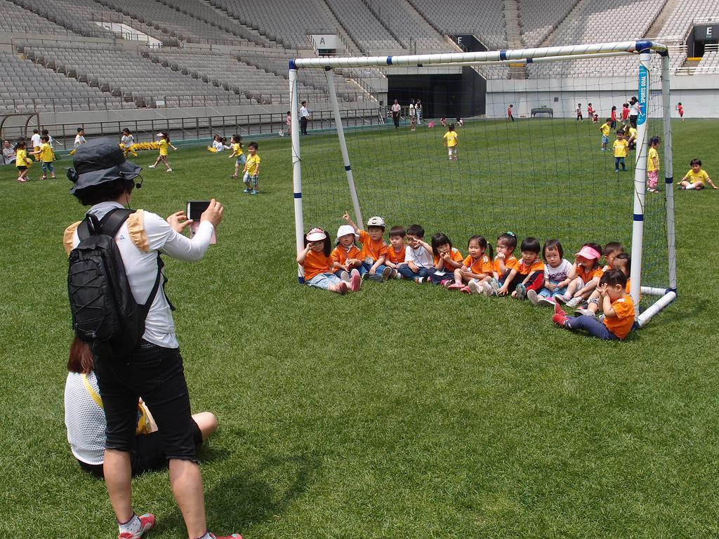 그라운드 체험 참여 후 단체 사진 찍는 아이들 모습